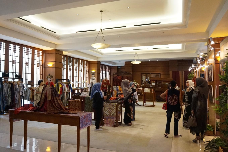 Novita Yunus honors Batik Day with photo exhibition, fashion show