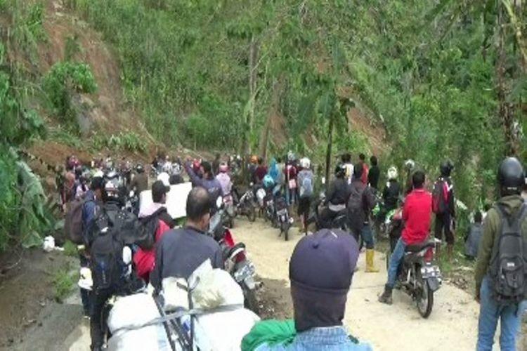 Hundreds of motorists stuck between landslides in W. Sulawesi