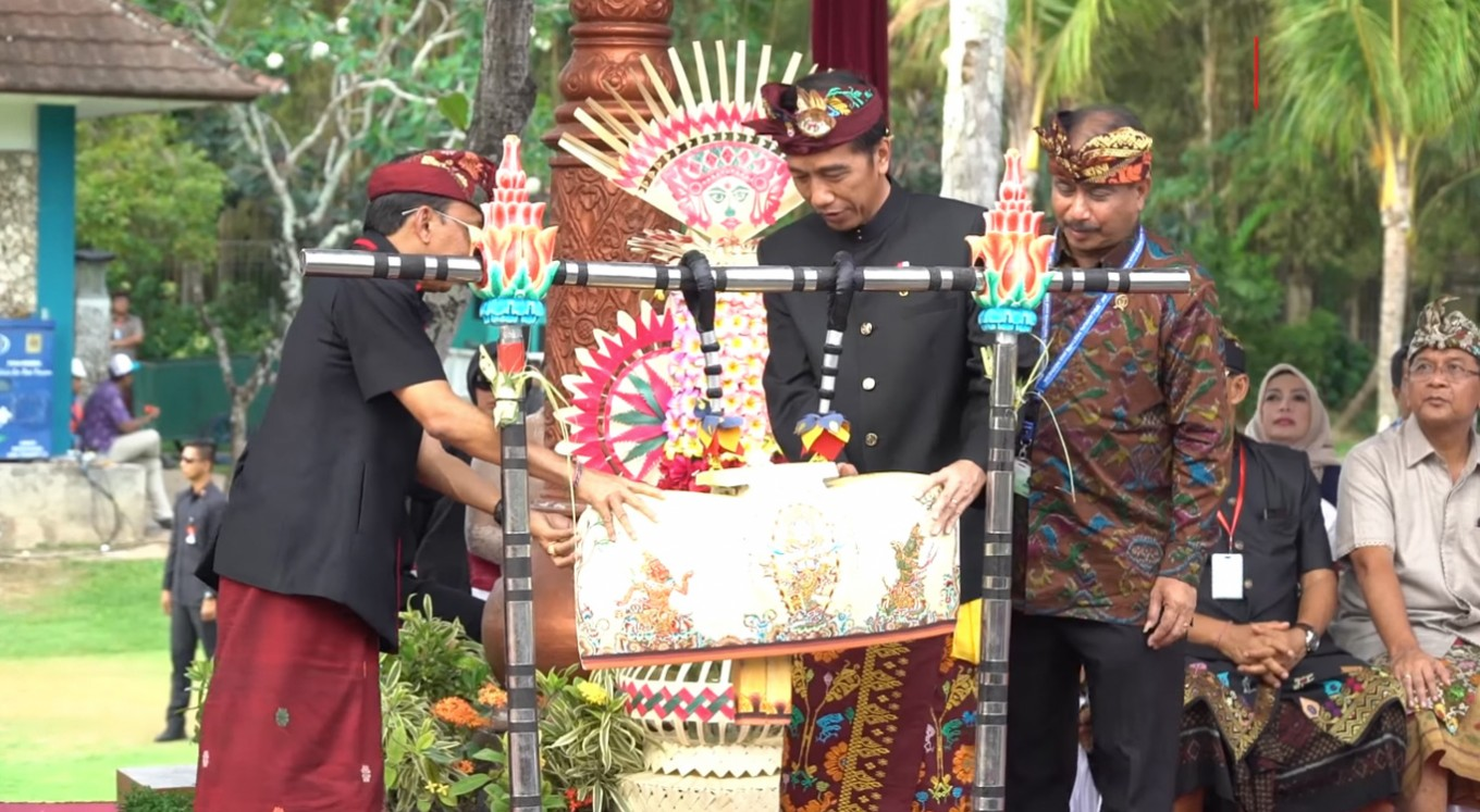 Bali cultural parade livens up IMF-World Bank Annual Meetings
