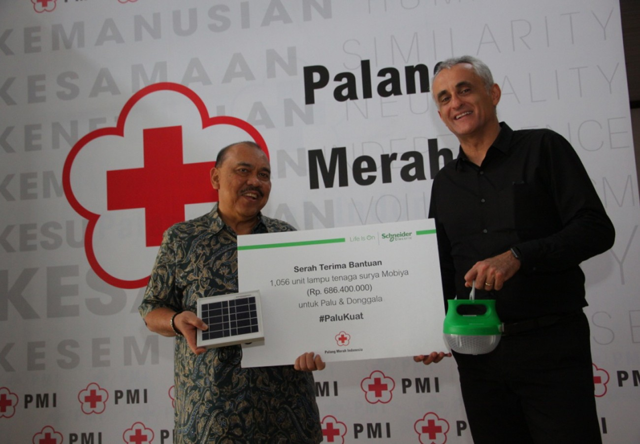 Schneider Electric donates 1,000 portable solar lamps to PMI for Palu