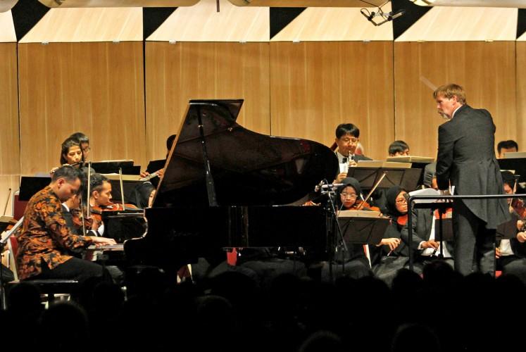 "Virtuoso: Pianis Aryo Wicaksono (kiri) melakukan ""Totentanz"" Franz Liszt bersama dengan Philharmonic Bandung selama konser ""Legenda"" di Hilton Bandung | Foto: Arya Dipa / Jakarta Post"