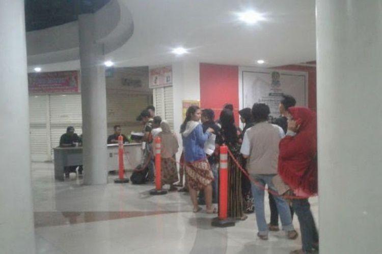 Bekasi residents queue before dawn for e-ID card tickets