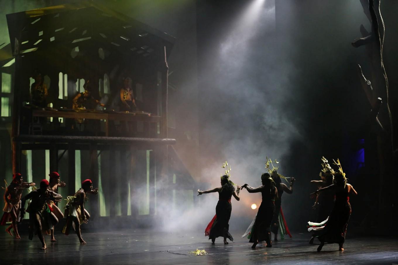 Male and female dancers perform a segment from the Bawi Lamus show. JP/Wienda Parwitasari