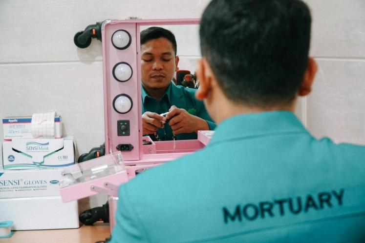 Fakhru Agnia prepares his makeup kits at Rumah Duka Sentosa in Central Jakarta.
