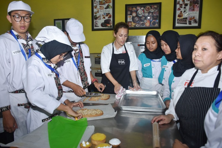 SMK 2 Malang vocational school welcomes chefs Maartje Hogenes and Pipiet Fardiman as guest lecturers.