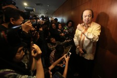 Mayapada Group owner Dato' Sri Dr Tahir speaks to journalists at Bank Indonesia's (BI) headquarters in Jakarta on Monday, October 15, 2018 after he reported to BI governor Perry Warjiyo that he had changed his United States and Singapore dollars into rupiah. JP/Dhoni Setiawan
