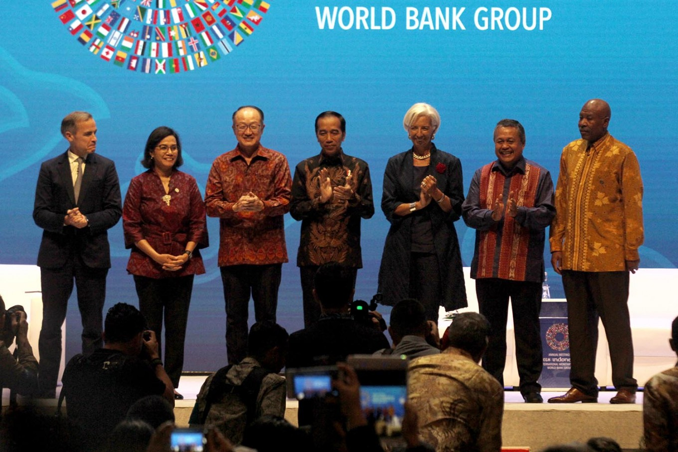 """President Joko """"Jokowi"""" Widodo (center) takes the stage with World Bank president Jim Yong Kim (third left) and International Monetary Fund managing director Christine Lagarde (third right) during a seminar at the 2018 Annual Meetings of IMF-WB Group in Nusa Dua, Bali, on Thursday, October 11, 2018. The event, which will run until Friday, features 32,000 attendees, including finance ministers and central bankers from 189 nations. JP/Zul Trio Anggono"""