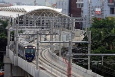 An MRT train passes over Jl. Sisingamangaraja, South Jakarta, during a trial run on Tuesday, October 23, 2018. The MRT is expected to begin operations next March with planned fares projected to be between Rp 700 (5 US cents) and Rp 850 per kilometer. JP/Seto Wardhana