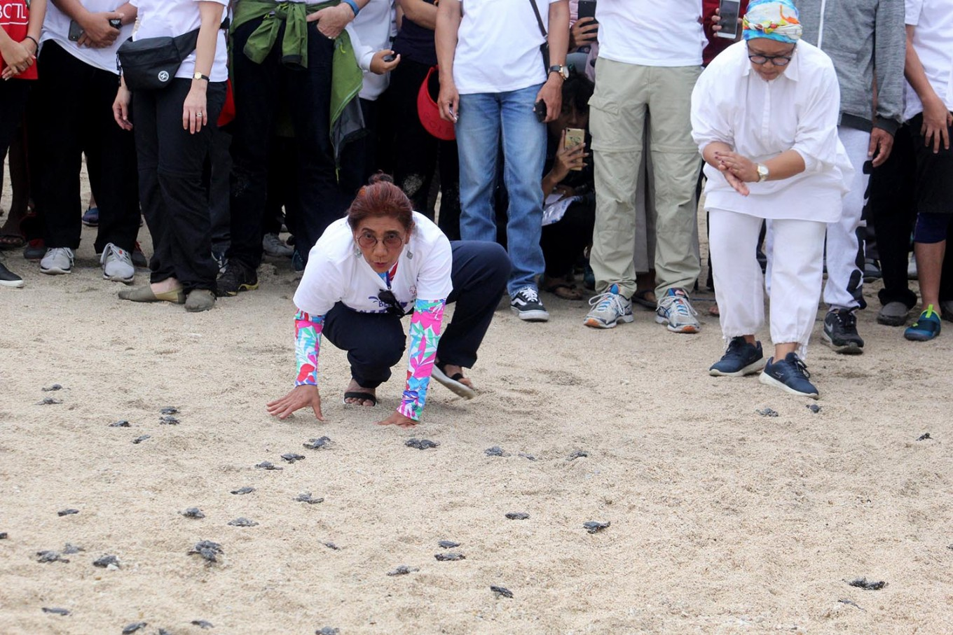 Maritime Affairs and Fisheries Minister Susi Pudjiastuti (left) and Foreign Minister Retno LP Marsudi release turtle hatchlings as part of a conservation campaign on Kuta Beach during the Our Ocean Conference in Bali on Sunday, October 28, 2018. JP/Zul Trio Anggono