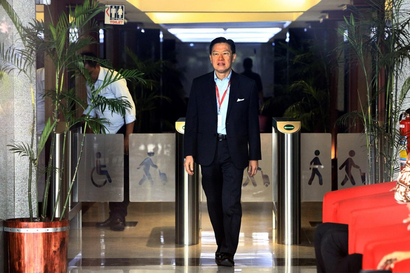 Lippo Group CEO James Riady arrives at the Corruption Eradication Commission (KPK) office in Jakarta on Tuesday, October 30, 2018. James was questioned in connection with the bribery case concerning the Meikarta mega development project in Bekasi, West Java. JP/Dhoni Setiawan