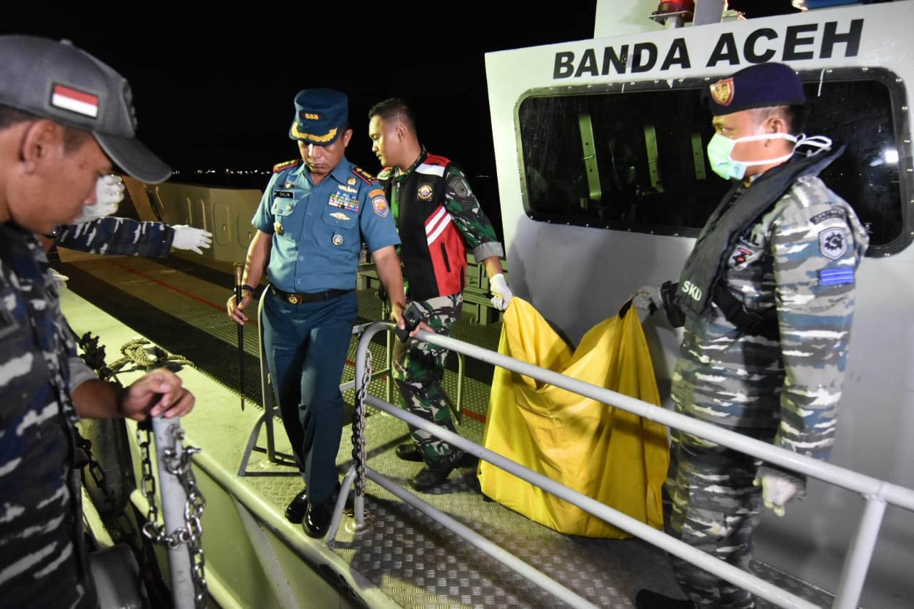 Remains believed to be of a victim of the crashed Lion Air JT 610 are transferred from KRI Banda Aceh to KRI Sikuda in waters off Tanjung Priok, Jakarta, on Tuesday, October 30, 2018. The plane, with 189 people on board, crashed in the Java Sea on Monday on its way from Jakarta to Pangkalpinang, Bangka Belitung Islands. JP/David Caessarre