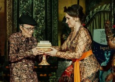 Janet DeNeefe (right), founder of the Ubud Writers and Readers Festival, presents the Lifetime Achievement Award to writer Sapardi Djoko Damono during the festival's opening ceremony in Puri Ubud, Bali, on Wednesday, October 24, 2018. The five-day festival will run until Sunday. JP/Anggara Mahendra