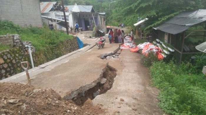 Land cracks appear in W. Sumatra after heavy rains