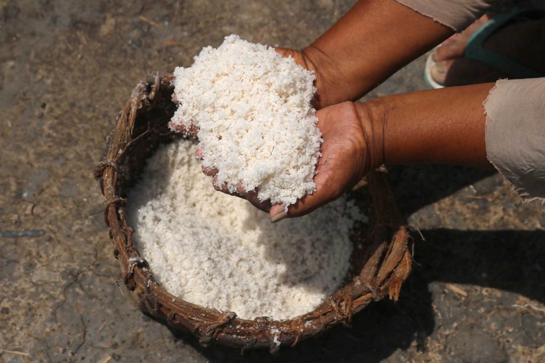 Siem shows off the salt made in Bleduk Kuwu. JP/Maksum Nur Fauzan