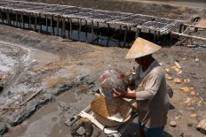 Siem washes the harvested salt. JP/Maksum Nur Fauzan