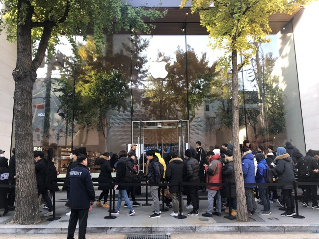 Koreans line up overnight for Apple's most expensive phones