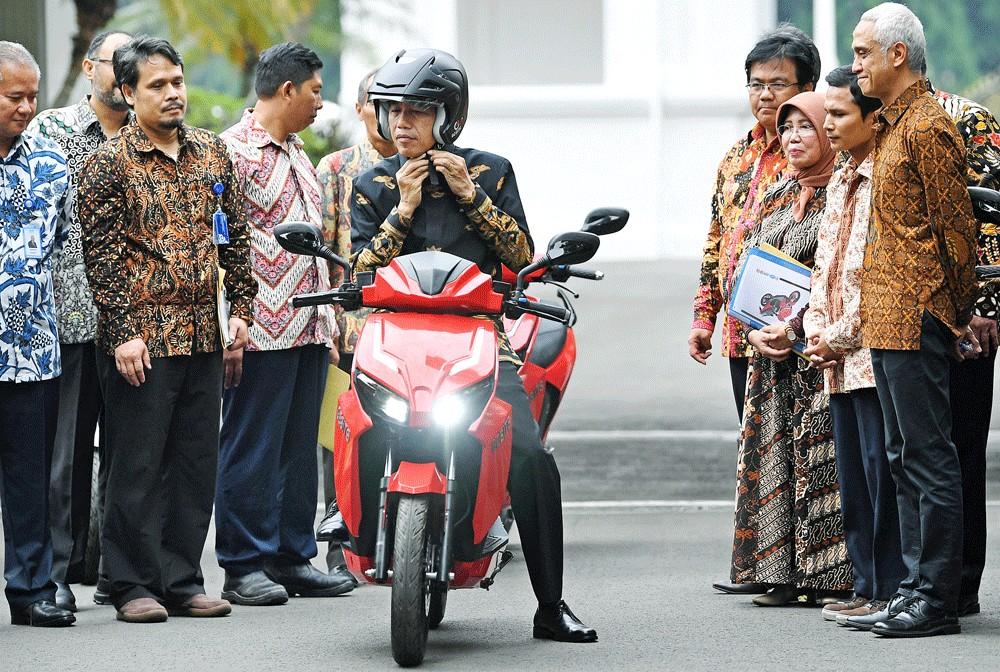 After 'sontoloyo', here comes 'genderuwo': Jokowi slams fear-mongering politicians