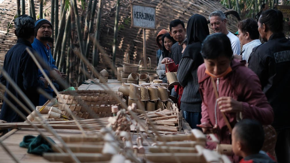 Visitors browse through bamboo crafts that are on display at the market. JP/P.J.Leo