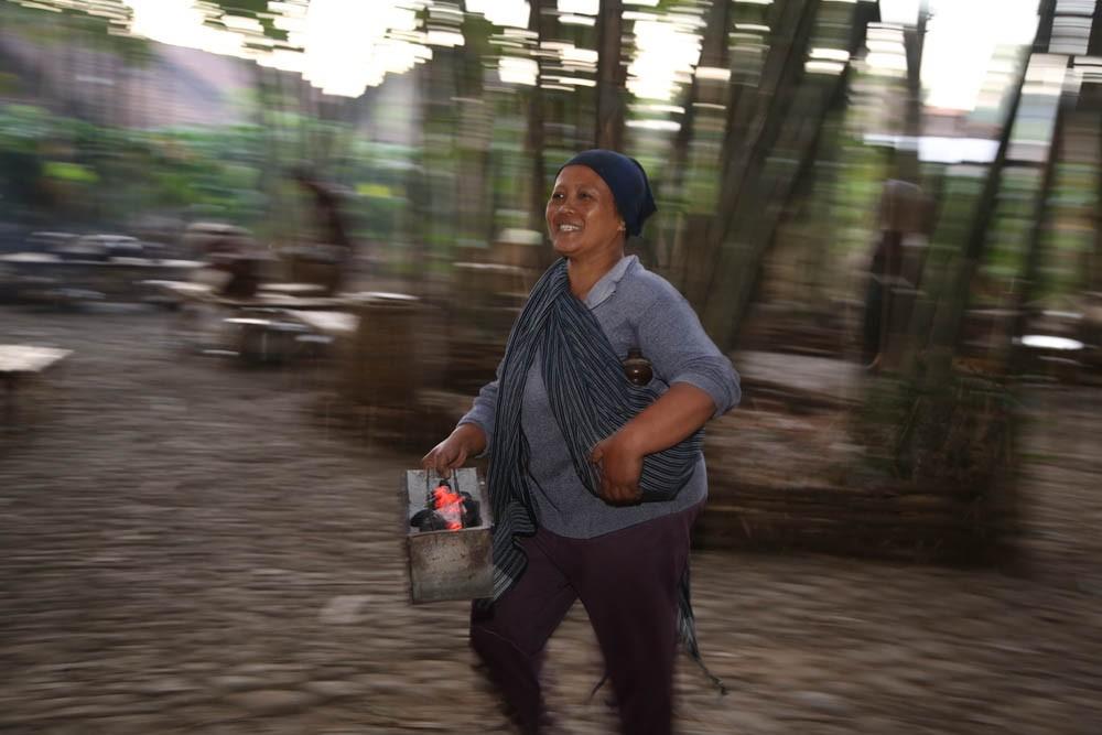 Salah seorang penjual bernama Yuli yang membawa panggangan tradisionalnya ke pasar yang biasa digunakan untuk memanggang jajanan tradisional yang dijajakannya   Foto: P.J. Leo / Jakarta Post