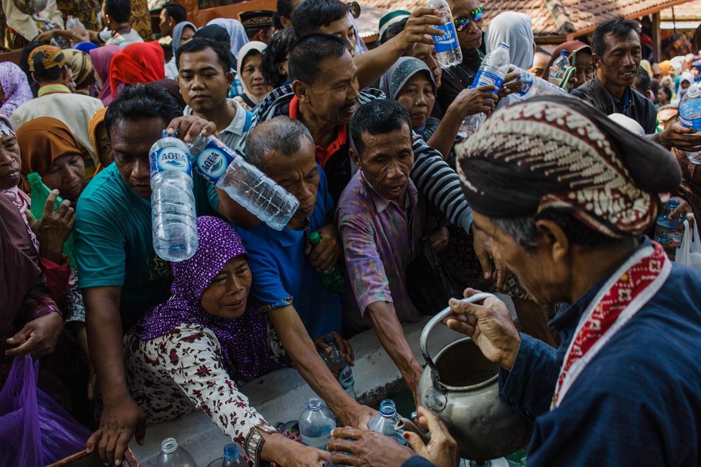 Courtiers from the Ngayogyakarta Hadiningrat sultanate pour sacred water into the Enceh Kyai Danurmaya from the Kingdom of Samudera Pasai (Aceh). JP/Anggertimur Lanang Tinarbuko