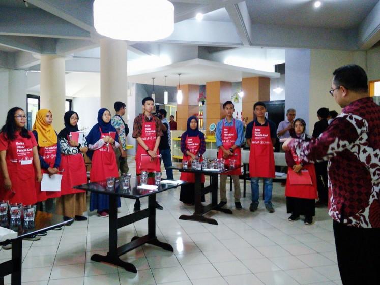 Rektor IPB Arif Satria menyambut para siswa ke Sekolah Kopi | Foto: Theresia Sufa / Jakarta Post