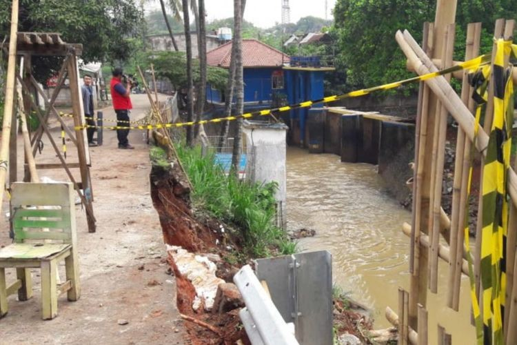 Heavy rain causes landslide in East Jakarta