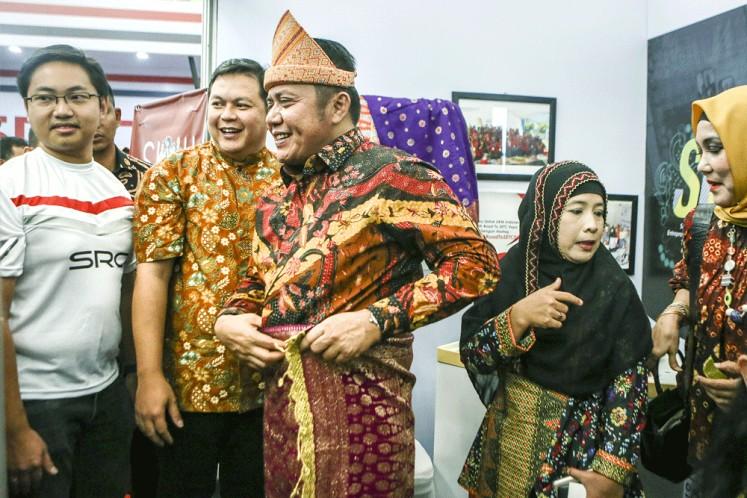 South Sumatra Governor Herman Deru (center) and cigarette maker HM Sampoerna's regional relations manager, Arief Triastika (second left), attend the Sampoerna Retail Community Expo in Palembang, South Sumatra, on Nov. 11, 2018.