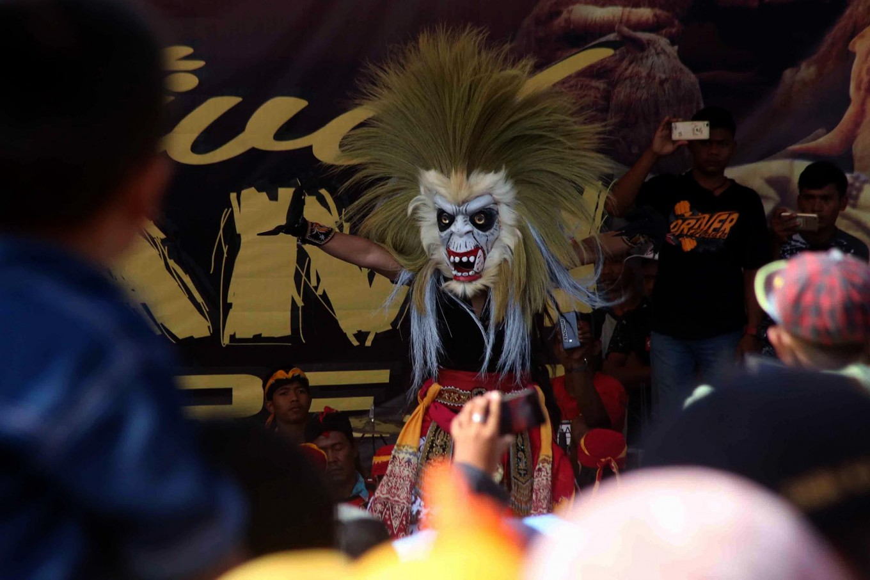 Fiery moves: A reog mask dance enlivens the Straw Festival in Banjarejo village of Grobogan, Central Java. JP/Maksum Nur Fauzan