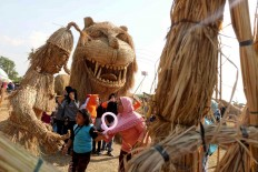 Mingling with the giants: The Straw Festival, held from October. 17 to  28, has become a magnet for tourist. JP/Maksum Nur Fauzan