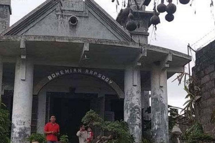 Rumah antik bergaya Eropa di kecamatan Garum, Blitar, Jawa Timur yang memiliki tulisan Bohemian Rhapsody di berandanya | Sumber: Samsul Hadi / Tribunnews