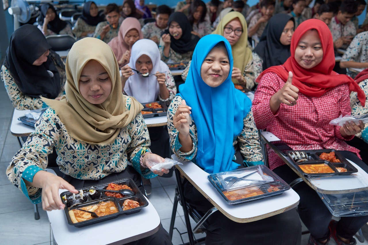 At-risk teenagers learn Korean cooking to find jobs, attain independence