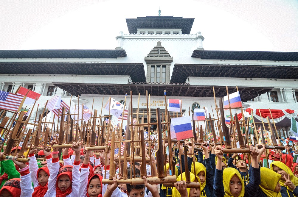 Angklung performance in Bandung's Gedung Sate nabs world record