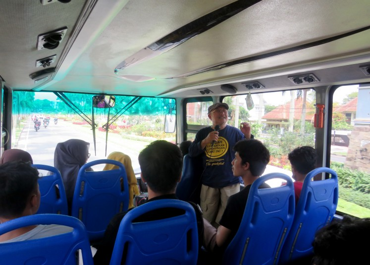 Architecture lecturer and Malang Cultural Heritage Expert Team member Budi Fathoni guides the students on the study trip.