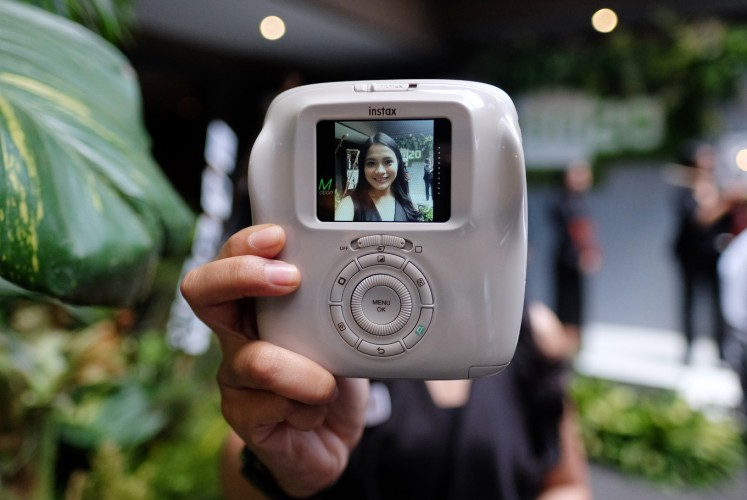 Those who want to take selfies with the Instax Square SQ20 can use a small mirror located beside the lens.