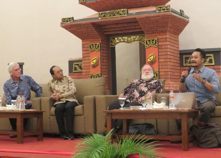 Universitas Gadjah Mada Yogyakarta, Pak Uji Nugroho (kanan), duduk bersama sejarawan Inggris Peter Carey (kiri), moderator Iskandar P. Nugroho (kiri kedua) dan sejarawan Australia David Reeve, berbicara pada peluncuran buku sejarawan sejarawan Ong Hok Ham. (JP / Nedi Putra AW)