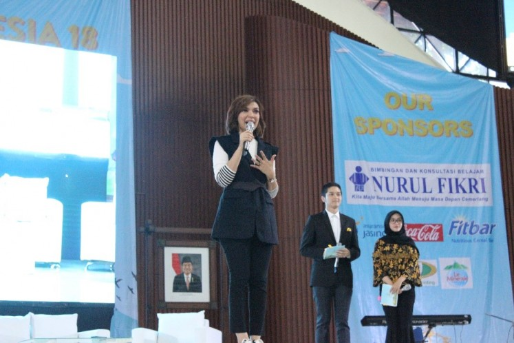 Pep talk: Successful news show host Najwa Shihab, an alumna of the University of Indonesia's (UI) school of law, shares her secrets to success during a talk show at the UI open house on Nov. 17. Najwa advised students to read a lot to be a successful professional.