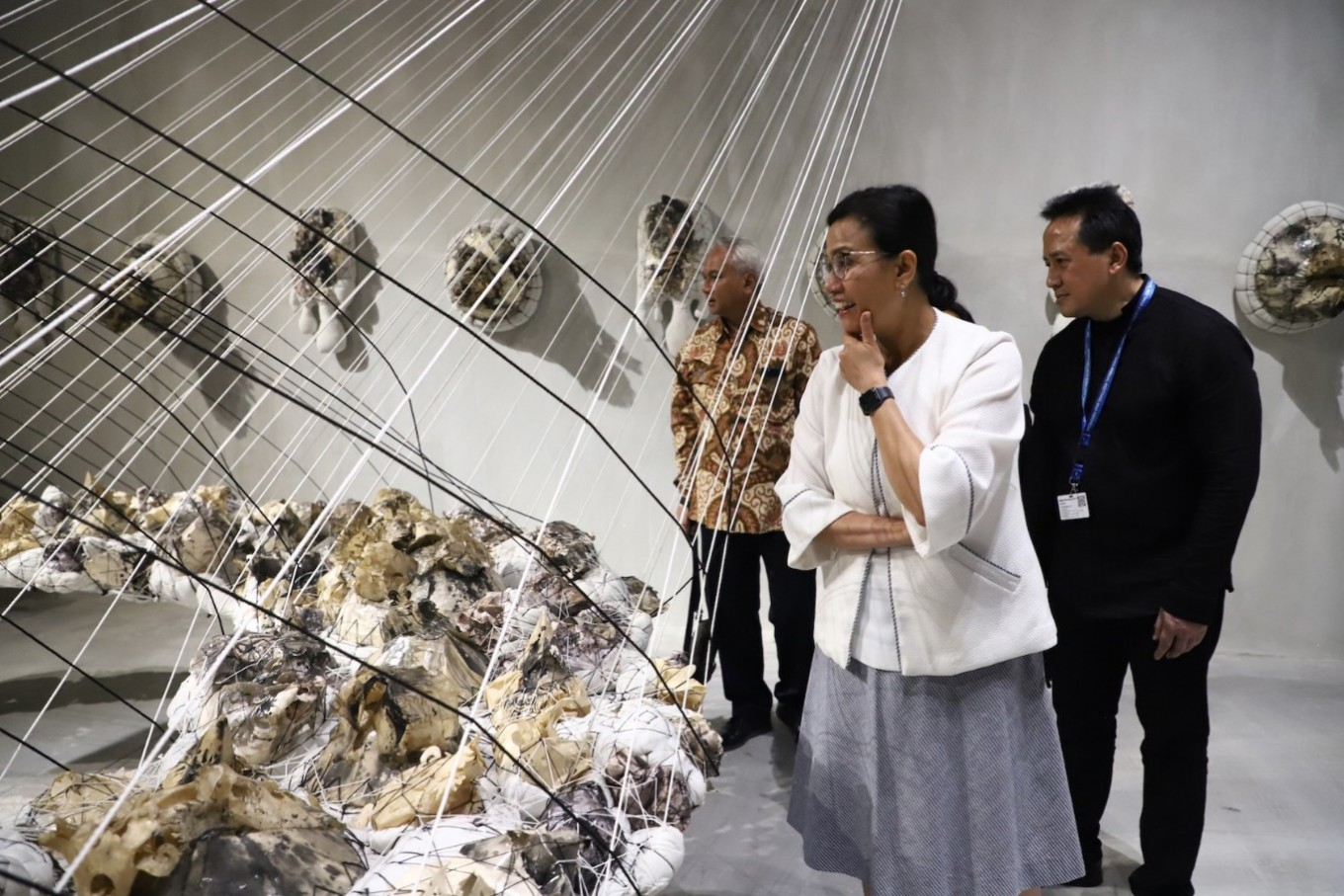 Finance Minister Sri Mulyani and Bekraf head Triawan Munaf admire artworks at Art Bali.