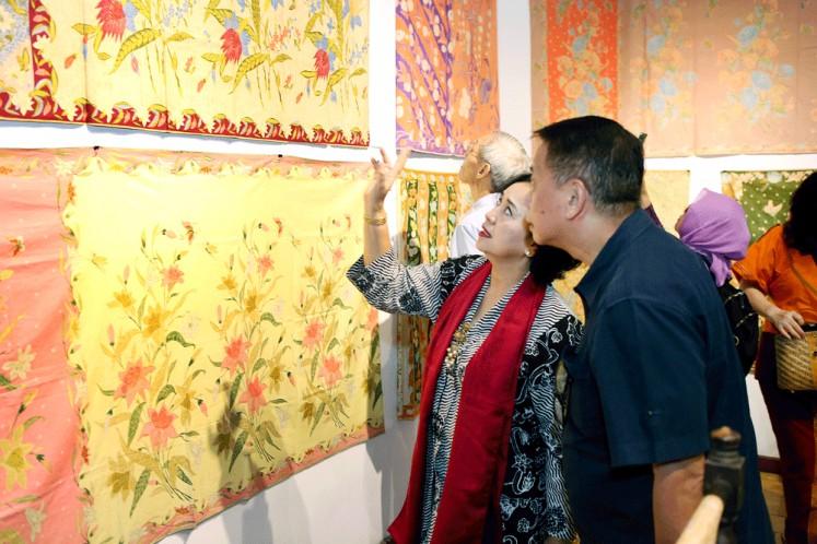 Chinese batik: Visitors look at batik influenced by Chinese design during the exhibition at the Bentara Budaya arts center in Jakarta.