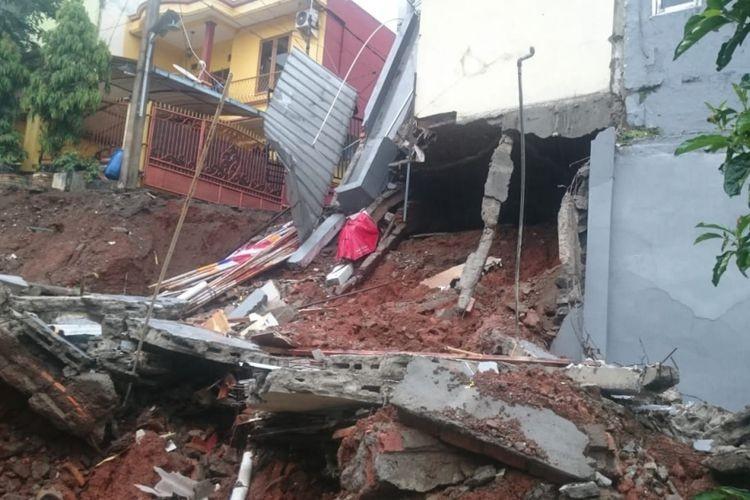 Landslide in East Jakarta damages illegal building: Anies