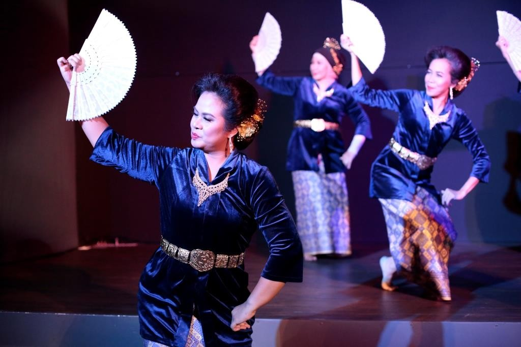 The Senandung Kipas dance from Riau.