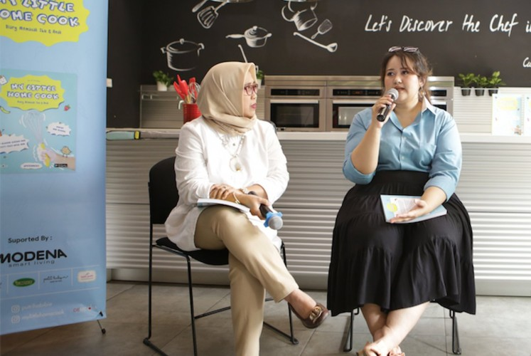 Child psychologist Dina Ramayanti (left) and Putri Habibie at the launch of 'My Little Home Cook' on Tuesday, November 27, 2018 at Modena Head Office in South Jakarta.