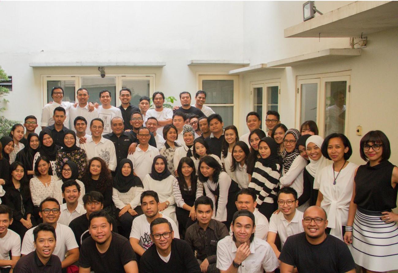 Seluruh pegawai Hakuhodo Indonesia dalam sebuah foto | Sumber: File Hakuhodo Indonesia