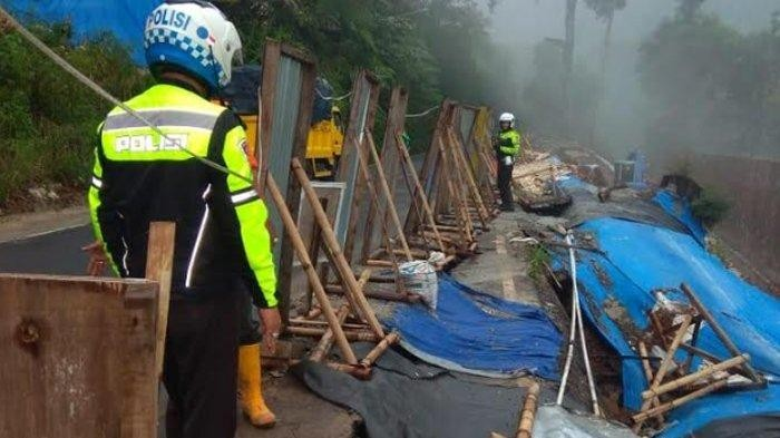 Buses, trucks not allowed to use road to Puncak following road cracks