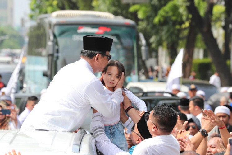 Presidential candidate Prabowo Subianto greets a girl during the 212 rally on Jl. M.H. Thamrin on Sunday. ( tim media prabowo sandi official/ tim media prabowo sandi official)