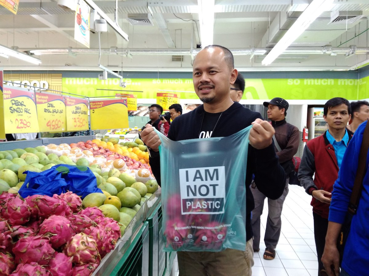 Bogor bans single-use plastic bags in all modern retailers