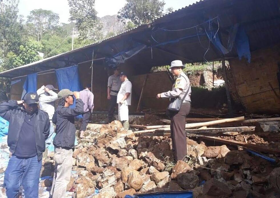 Seven students killed in landslide at hot springs resort in Karo regency