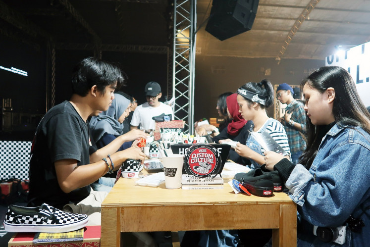 Art lovers were able to participate in a DIY shoe workshop guided by M. Faizal R., known as Fura26, Indonesian finalist at the 2018 Vans Asia Custom Culture Competition, a DIY Vans slip-on competition.