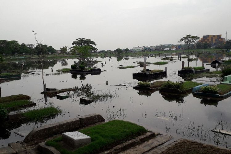 Graves inundated in North Jakarta