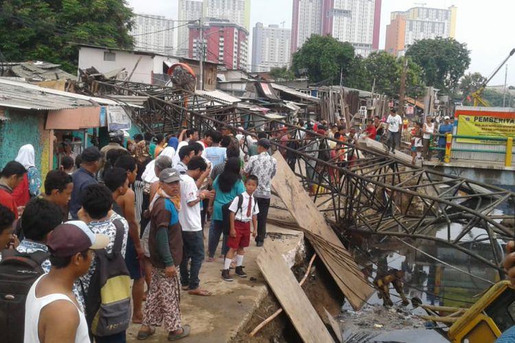 Fallen crane injures three in Central Jakarta