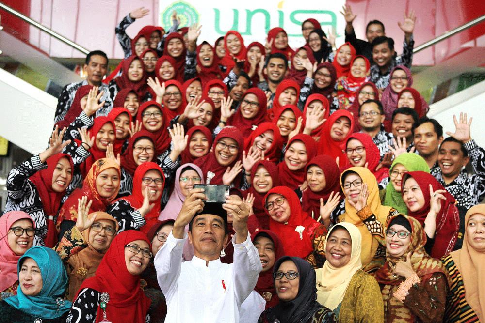 Jokowi distributes 6,000 land certificates in Riau